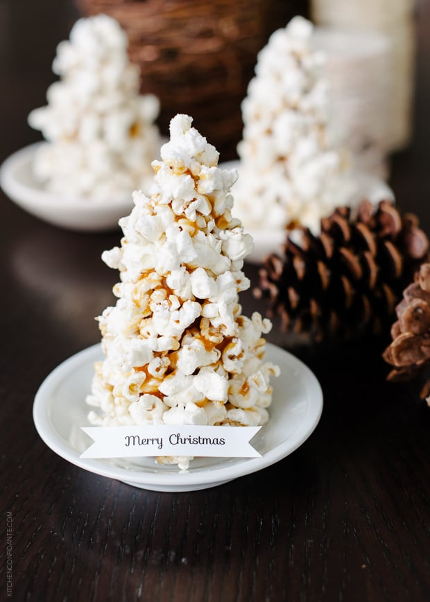 """A Popcorn Christmas Tree Place Card with a tag that says, """"Merry Christmas"""" on it."""